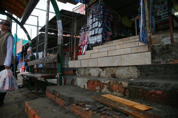 """Em Alvorada, comerciante """"corta"""" parada de ônibus para melhorar acesso à sua loja Marco Favero/Agencia RBS"""