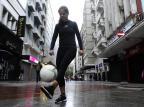 Gaúcha que fez embaixadinhas por 12 horas vira artista de rua em busca de dinheiro para ter recorde no Guinness Ronaldo Bernardi/Agencia RBS