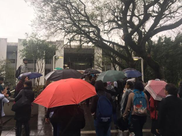 Centenas de servidores protestam contra extinção de instituto responsável pela saúde da família Jéssica Rebeca Weber / Agência RBS/Agência RBS