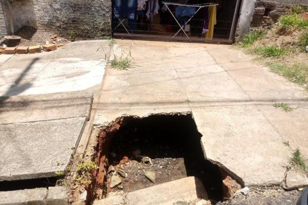Há mais de um ano, buraco em calçada impossibilita uso de garagem em Viamão Arquivo Pessoal/Arquivo Pessoal