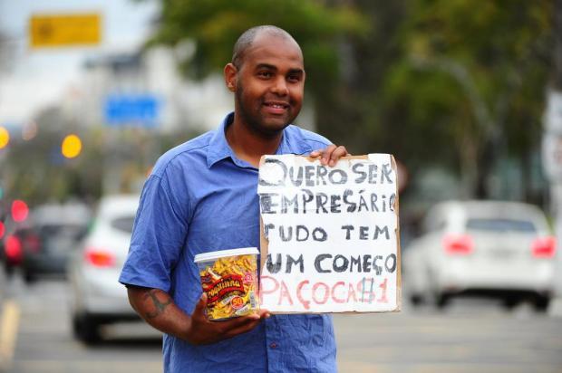 Estudo à noite e venda de paçoca nas ruas durante o dia: morador de Alvorada sonha em abrir padaria Ronaldo Bernardi/Agencia RBS