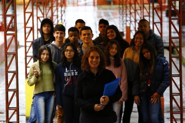 Roger Machado recebe alunos de escola pública da Capital que desenvolveram trabalho sobre racismo Lauro Alves/Agencia RBS