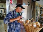 Padaria oferece produtos de graça para quem precisa de alimentos em Gravataí Robinson Estrásulas/Agencia RBS