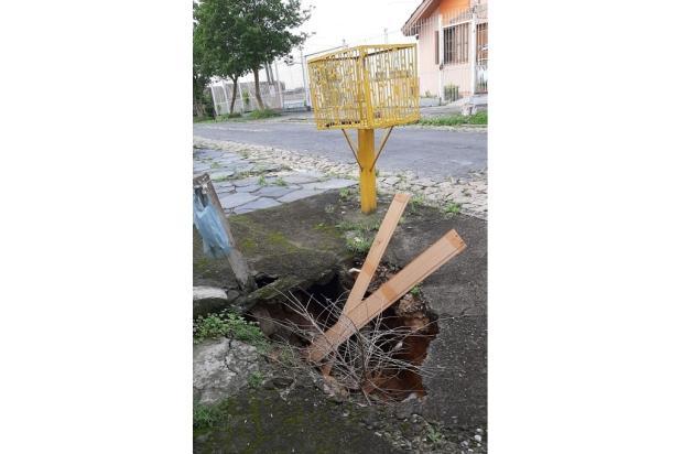 Buraco toma conta de calçada no bairro Jardim Sabará, na Capital LeitorDG / Arquivo Pessoal/Arquivo Pessoal