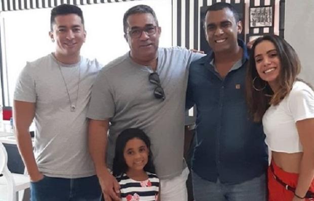 Pai de Anitta reúne a família após descoberta de novo filho Instagram / Reprodução/Reprodução