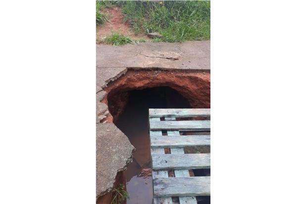 Promessa não cumprida: sem conserto, buraco em calçada de Viamão segue atrapalhando rotina de moradora Arquivo pessoal / Arquivo pessoal/Arquivo pessoal