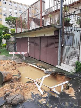 Buraco impede idosa de sair de casa no Jardim Sabará, em Porto Alegre Arquivo pessoal/Arquivo pessoal