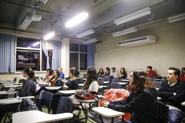 Tudo pronto para o Enem: alunos do Resgate Popular revisam conteúdos e preparam documentos antes da prova Marco Favero/Agencia RBS