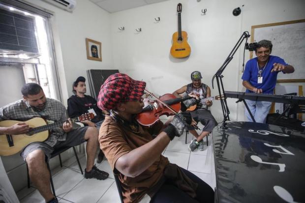 Pessoas em situação de vulnerabilidade social recebem aulas de música em Porto Alegre André Ávila/Agencia RBS