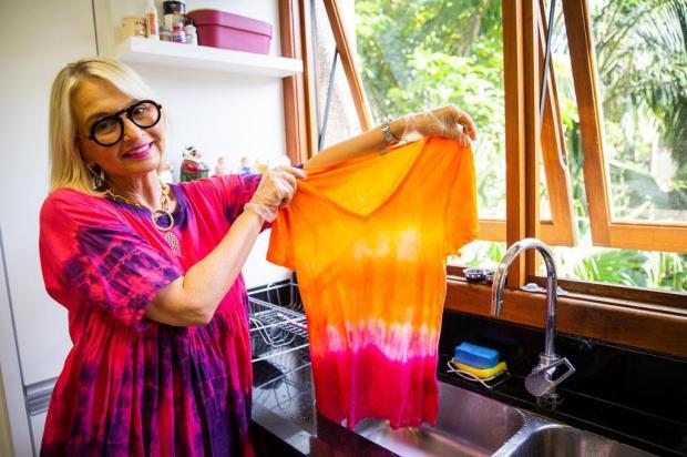Sabe aquela roupa esquecida no armário? Aprenda a customizá-la usando a técnica tie dye Omar Freitas/Agencia RBS