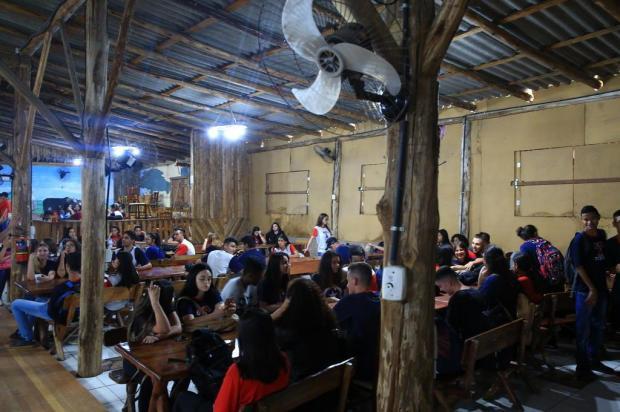 Alunos têm aulas em CTG, salão de festas e até em refeitório Tadeu Vilani/Agencia RBS