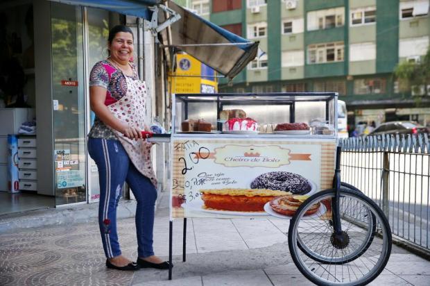 Quem é a Maria da Paz que vende bolos em carrinho no centro de Porto Alegre Félix Zucco/Agencia RBS