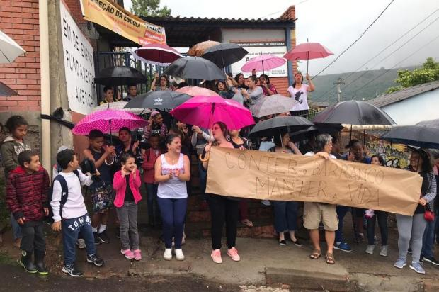 Pais e alunos bloqueiam portão de escola na Capital na qual esgoto verte de rachaduras de muro Vitor Rosa/Agência RBS