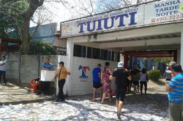 Pais e alunos da Escola Tuiuti, em Gravataí, promovem campanha para reformar o local Marcela Panke/Agência RBS