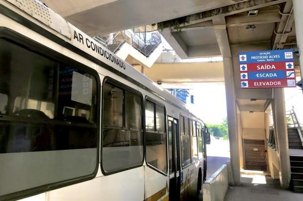 Em dia de calorão, DG confere ar-condicionado dos ônibus da Capital Alberi Neto/Agência RBS