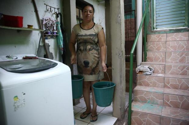 Com água na torneira apenas durante a madrugada, moradores precisam adaptar rotina na Zona Leste Jefferson Botega/Agencia RBS