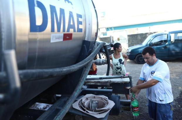 Falta de água: caminhão-pipa atende moradores da Lomba do Pinheiro Isadora Neumann/Agencia RBS