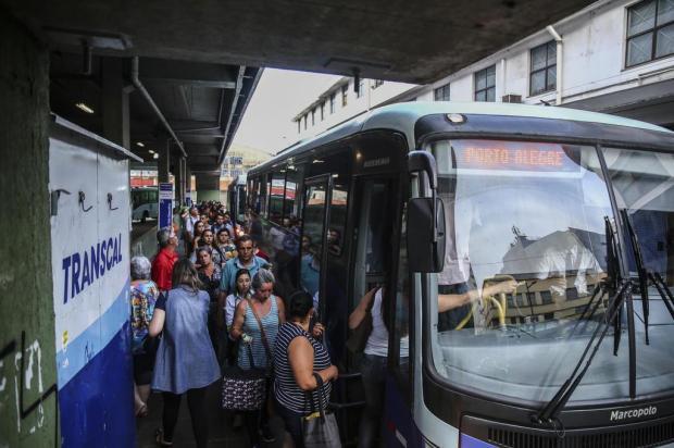 Passageiros reclamam de longas filas e poucos horários de ônibus entre a Capital e a Região Metropolitana Marco Favero/Agencia RBS