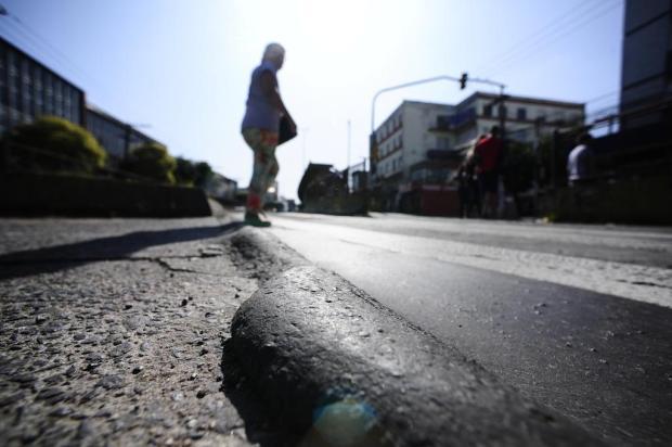 Perigo ao atravessar a rua: pedestre cai em irregularidade no asfalto de corredor de ônibus Ronaldo Bernardi/Agencia RBS