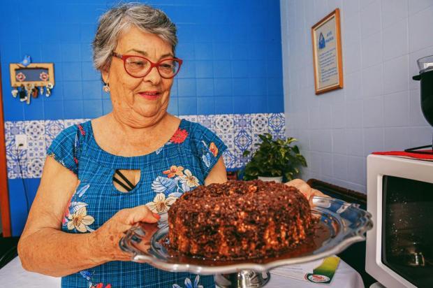 Apenas oito minutos no micro-ondas: conheça o bolo de aveia da Ester Omar Freitas/Agencia RBS