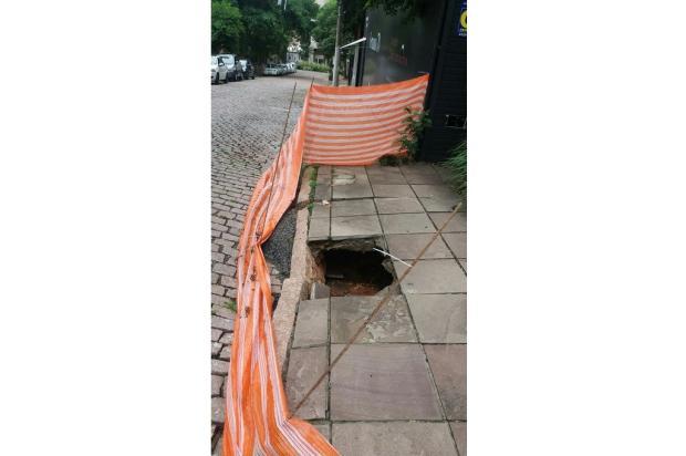 Buraco em calçada oferece riscos aos pedestres no bairro Auxiliadora, na Capital Arquivo Pessoal / Arquivo Pessoal/Arquivo Pessoal