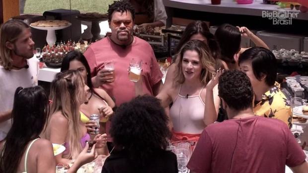 """""""BBB 20"""": brothers ganham festa na piscina com a presença de Ingrid Guimarães Reprodução / Twitter/Twitter"""