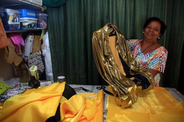 Família do Sarandi vai da costura até o desfile no envolvimento com Carnaval Tadeu Vilani/Agencia RBS