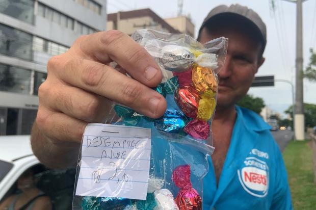 Do trabalho formal para o informal, homem conta como passou a sustentar a família vendendo balas nos sinais de Porto Alegre Tiago Boff/Agencia RBS