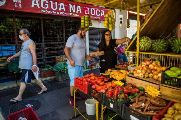 Minimercados e fruteiras se reinventam para enfrentar falta de clientes e risco de contágio Omar Freitas/Agencia RBS