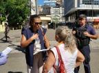 Agentes da prefeitura alertam idosos sobre riscos de circular na rua em Porto Alegre André Ávila/Agência RBS