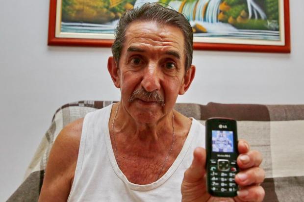 Leitor usa até hoje celular que ganhou do DG em 2000 Robinson Estrásulas/Agencia RBS