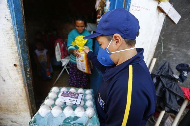 Menino de 12 anos arrecada alimentos em Cachoeirinha e distribui para famílias afetadas pela crise Félix Zucco/Agencia RBS