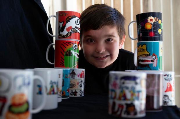 Desenhos de menino autista viram canecas que, com a venda, ajudam família a enfrentar a crise Jefferson Botega/Agencia RBS