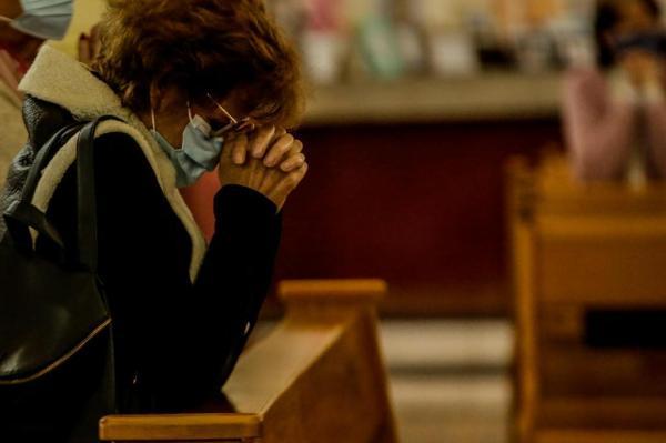 Sai água benta, entra álcool gel: as mudanças em missas e cultos após reabertura