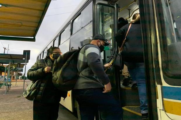 Passageiros e motoristas de linhas que podem ser suspensas afirmam que ônibus circulam lotados em Porto Alegre Tiago Boff/Agencia RBS