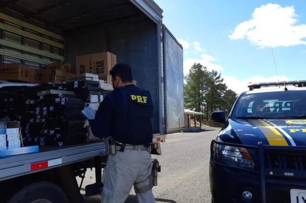 Homem que transportava mais de 600 kg de maconha se joga de caminhão para tentar fugir da polícia PRF/Divulgação