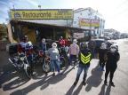 Oficina de motos da Capital reúne clientela para delivery solidário, destinado a moradores de rua Félix Zucco/Agencia RBS