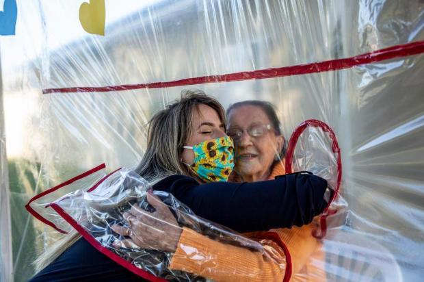 Para amenizar a saudade, residencial de Gravataí cria túnel do abraço para visitas de familiares a idosos Marco Favero/Agencia RBS