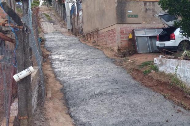 Sem asfalto na rua, moradores fazem sua própria pavimentação para amenizar os buracos arquivo pessoal/arquivo pessoal