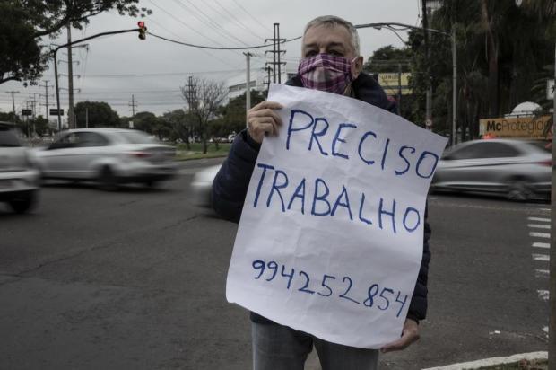 Aposentado de 68 anos busca trabalho de cartaz na mão, na Avenida Ipiranga Jefferson Botega/Agencia RBS