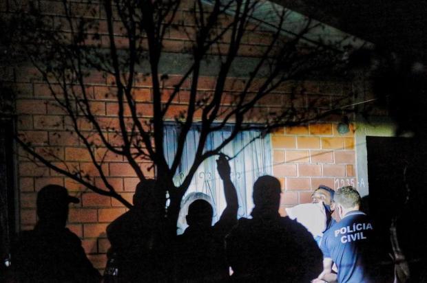 Após reprodução do crime, polícia acredita que mãe usou corda para estrangular filho e não para arrastar o corpo, como alega defesa Lauro Alves/Agência RBS