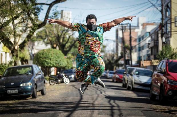 Conheça o bailarino profissional que, depois de inovar no Carnaval, ganhou novos palcos Isadora Neumann/Agencia RBS