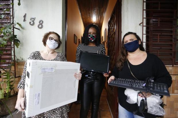 Para facilitar o acesso às aulas remotas, professoras vão em busca de equipamentos para estudantes Lauro Alves/Agencia RBS