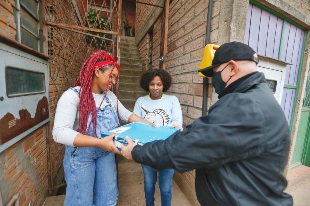 Após reportagem de GaúchaZH, alunos que estudavam pelo celular ganham notebooks de leitores Lauro Alves/Agencia RBS
