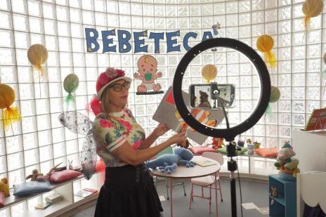 Para continuar incentivando a leitura mesmo sem aulas, professora de Canoas conta histórias em vídeos (Prefeitura de Canoas/Divulgação)