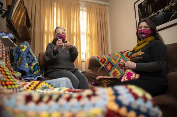 Quadrados de lã produzidos por voluntárias viram mantas para instituições de caridade da Capital Jefferson Botega/Agencia RBS