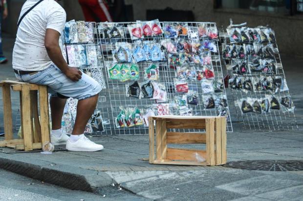 Com maioria das lojas fechadas, ambulantes atuam livremente no centro de Porto Alegre Isadora Neumann/Agencia RBS