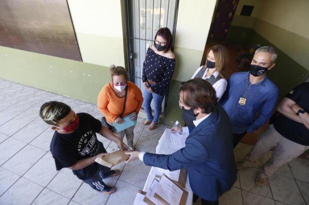 Após restauração, MP entrega celulares apreendidos em penitenciária a alunos da rede pública no Litoral Norte Lauro Alves/Agencia RBS