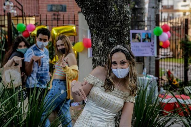 Sem viagem à Disney e com cumprimentos a distância: estudante comemora 15 anos na calçada de casa, na Capital Marco Favero/Agencia RBS