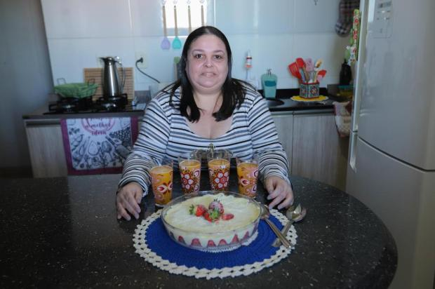 Bolo de travessa da Michelli: confira o passo a passo da receita testada no kit Tá Combinado Isadora Neumann/Agencia RBS